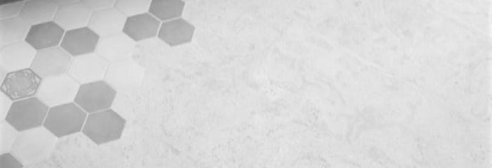 Клеевой пробковый пол в комбинации с кафельной плиткой.
